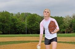 惊人的年轻白肤金发的女性垒球运动员 库存图片