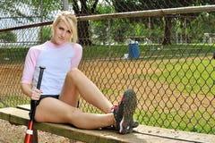 惊人的年轻白肤金发的女性垒球运动员 免版税库存照片