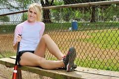 惊人的年轻白肤金发的女性垒球运动员 免版税库存图片