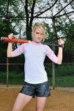 惊人的年轻白肤金发的女性垒球运动员 免版税图库摄影