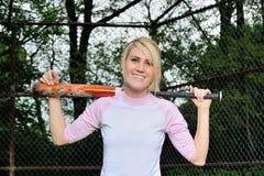惊人的年轻白肤金发的女性垒球运动员 图库摄影
