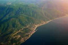 惊人的绿色海岛和蓝色海洋背景与拷贝空间您的正文消息或增进内容的 免版税图库摄影