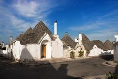惊人的trulli房子行在阿尔贝罗贝洛,普利亚,意大利 免版税库存照片