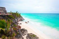 惊人的Tulum废墟峭壁侧视图加勒比海在墨西哥在晴天 加勒比海宏伟的视图  免版税库存照片