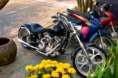 惊人砍刀摩托车在岘港,越南 库存图片