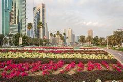 惊叹适当位置街道在多哈,卡塔尔在白天 免版税库存图片
