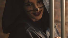 惊吓和挥动在照相机的恶魔般女性吸血鬼 股票录像