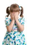 惊吓或哭泣或者演奏吓人游孩子掩藏的面孔 免版税库存图片