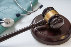惊堂木和听诊器在背景中 医疗法律和法律概念 免版税库存照片
