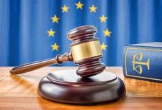 惊堂木和法律书籍-欧盟 免版税库存照片