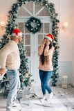惊奇一个的人的播种的射击他的有圣诞节礼物的女朋友 免版税库存照片