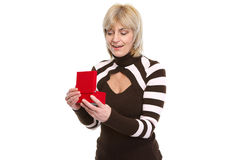 惊奇中年妇女开张的当前配件箱 免版税库存图片