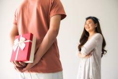 惊奇从男朋友的华伦泰礼物 免版税库存照片