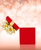 惊奇华伦泰有心脏和闪闪发光的礼物盒 库存照片