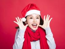 惊奇圣诞节的妇女戴圣诞老人帽子和 免版税图库摄影