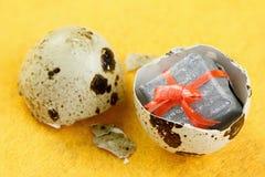 惊奇在鸡蛋的礼物盒的概念 库存图片