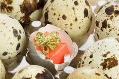惊奇在鸡蛋的礼物盒的概念 库存照片