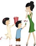 惊奇妈妈(五颜六色和详细与黑发女儿和儿子)! 免版税库存照片