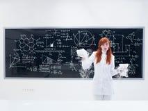 惊奇学生在化学实验室 图库摄影