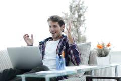 惊奇的人与从家的膝上型计算机一起使用 做自由职业者的概念 库存图片