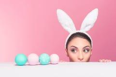 惊奇的兔宝宝妇女被找到的复活节彩蛋 库存图片