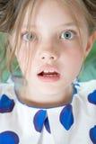 惊奇的八岁的女孩特写镜头画象  免版税库存照片