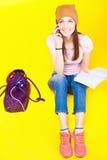 惊奇的十几岁的女孩使用一个手机 免版税库存图片