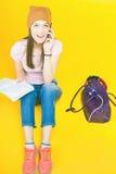 惊奇的十几岁的女孩使用一个手机 免版税库存照片
