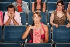 惊奇的听众在剧院 免版税库存图片