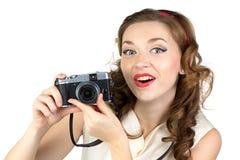 惊奇的妇女的图象有减速火箭的照相机的 免版税库存照片