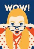 惊奇的妇女的Wow面孔在她的手上的拿着太阳镜 免版税库存照片