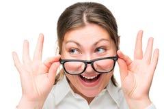惊奇的妇女降低了她的玻璃面孔特写镜头 库存图片