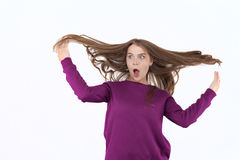 惊奇的妇女,震动、惊奇和飞行头发的妇女 吹的头发 摆在演播室,情感的美丽的女孩 图库摄影