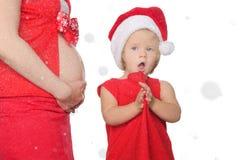 惊奇的孕妇和孩子圣诞节的,雪花 免版税库存图片