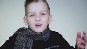 惊奇的年轻男孩complainting和争论在照相机 股票录像