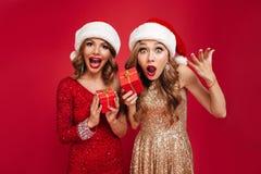 惊奇的愉快的妇女画象圣诞节帽子的 免版税库存图片