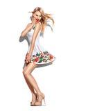 惊奇的时装模特儿女孩在短的白色礼服穿戴了 免版税库存照片