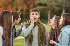 惊奇的男性青少年与朋友 免版税库存照片