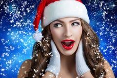 惊奇的美丽的女孩 5背景黑色bou圣诞节逗人喜爱的帽子老纵向圣诞老人年 库存图片
