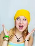 惊奇的青少年用在嘴唇的复活节糖果 免版税库存照片