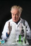 惊奇的临床工作者在实验室和看学习烧瓶 库存图片