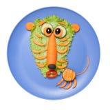 惊奇老虎由沙拉和红萝卜制成在板材 库存照片