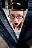 惊奇解压缩的女孩里面查找的裤子 库存照片