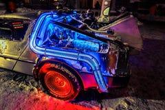 惊奇,回到未来汽车模型后方详述了看法在夜邀请的时间,点燃由各种各样的光背景 库存图片