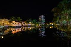惊奇,记忆Caribe旅馆地面邀请的看法点燃与各种各样的温暖的光,反映在水在tr的晚上时间 库存图片