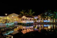 惊奇,记忆Caribe旅馆地面邀请的看法点燃与各种各样的温暖的光,反映在水 免版税库存图片