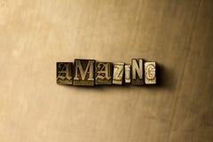 惊奇-脏的葡萄酒特写镜头排版了在金属背景的词 库存图片