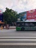 惠州市商业步行街道,公共汽车在步行街道旁边通过斑马线 免版税库存照片