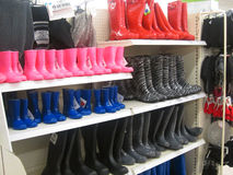 惠灵顿、橡胶或者雨靴在商店。 免版税库存图片