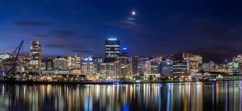 惠灵顿市在晚上 免版税库存图片
